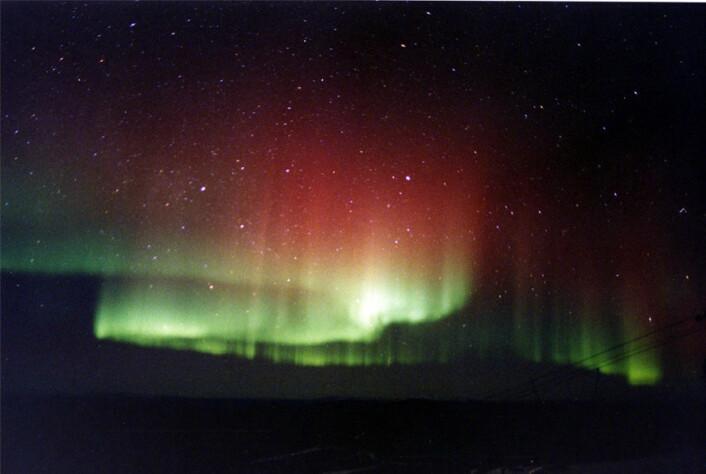 En stor solflekk og kraftige eksplosjoner på sola gir en økning i nordlyset. (Foto:  Mila Zinkova)