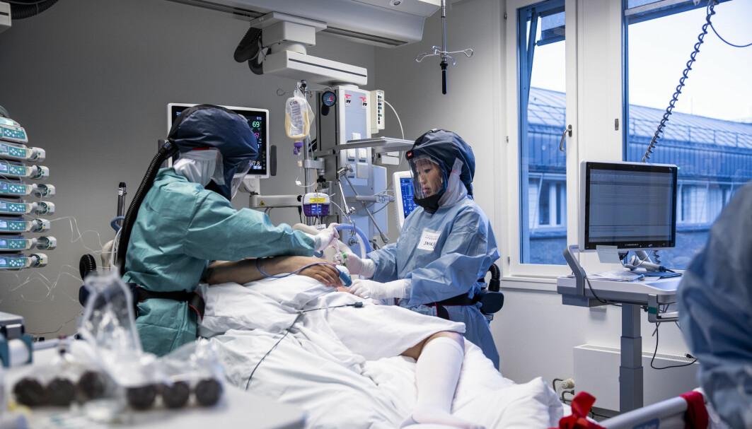 Behandling av pasienter med covid-19 på intensivavdelingen på Oslo Universitetssykehus Rikshospitalet. Søstrene Inika og June Flaa behandler en av pasientene som er innlagt på avdelingen.