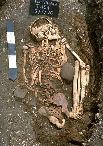 På bildet ser du også restene av taket som dekket graven.