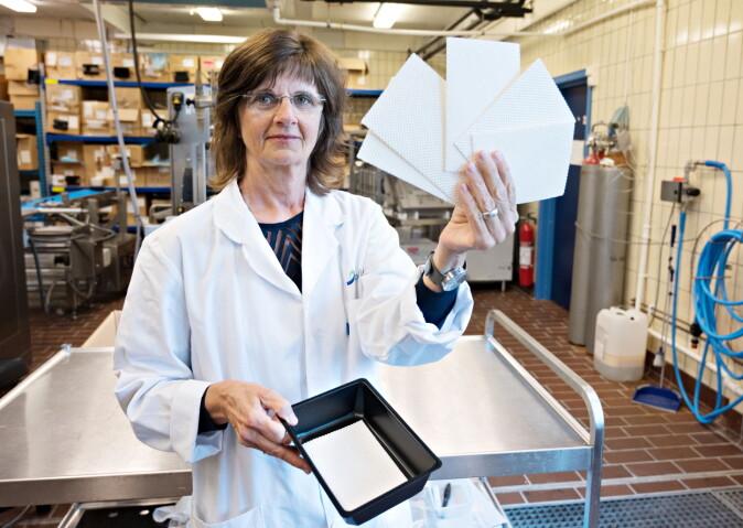 Forsker Julie Nilsen-Nygaard i Nofima og hennes kolleger har testet bakterieutviklingen med den nye absorbenten, de hvite mattene.