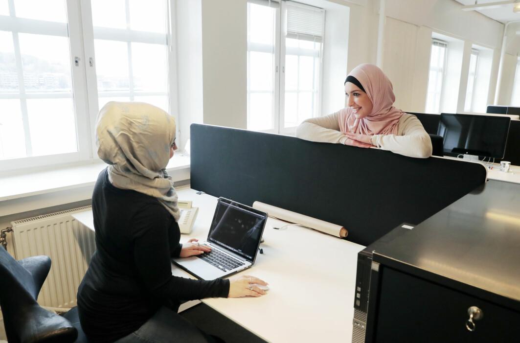 kollegaer som avbryter deg på jobb, gjør at du føler deg mer hjemme på arbeidsplassen, ifølge ny studie.