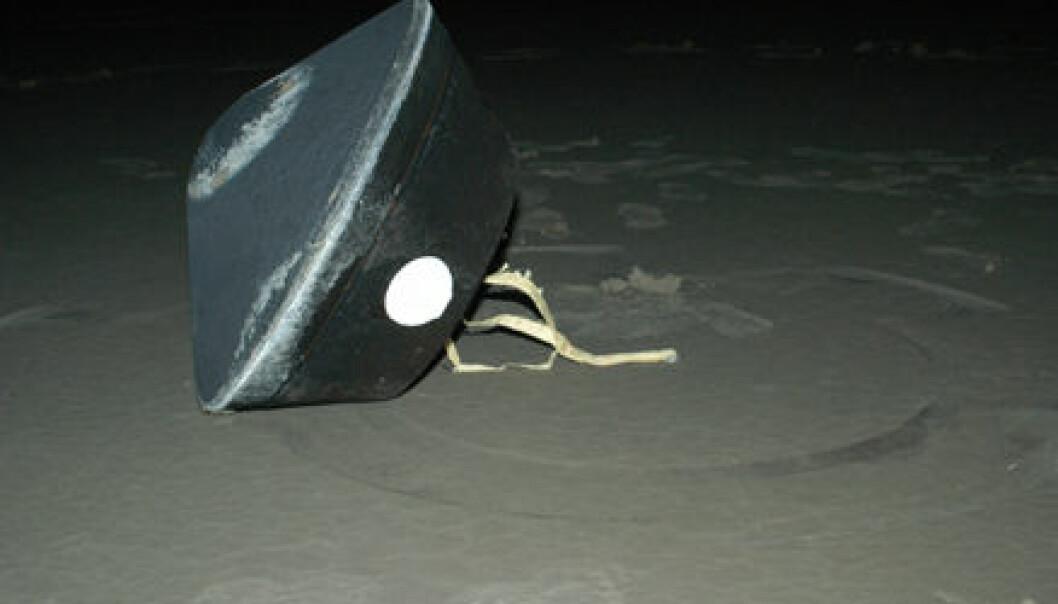 """""""Dette fotografiet viser Stardust-kapselen som landet trygt ved U.S. Air Force Utah Test and Training Range i 2004. Kapselen inneholder kometpartiklene som nå har blitt studert av forskere verden over."""""""