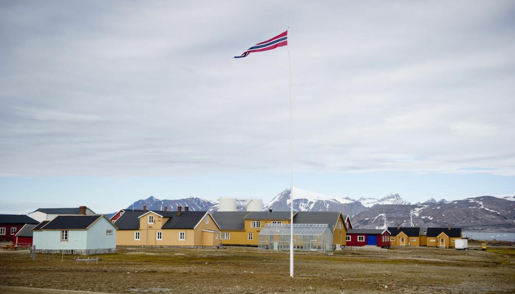I Ny-Ålesund bor det omtrent 40 personer året rundt. Om sommeren er det rundt 150 som bor her.