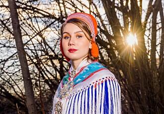 Etter at artisten Ella Marie Hætta Isaksen ble en offentlig person, sluttet hun å lese kommentarfelt når noen skrev om henne.