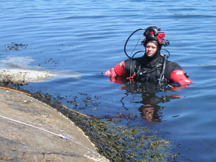 """Mats Gunnar Walday under gjennomføringen av Kystovervåkingsprogrammet i 2007. (Foto: NIVA)"""