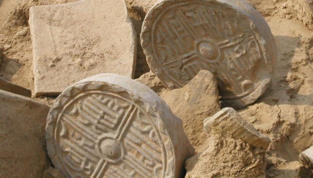 Fliser som skulle brukes til reparasjoner av et hus ble liggende igjen da flommen begravde Sanyangzhuang. (Foto: Henan Provincial Institute of Cultural Relics and Archaeology)