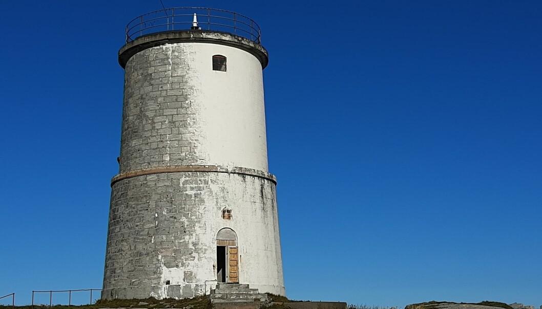 I vind og vær – sørvesten har tæret på malingen på fyret og vi er heldige å kunne studere det flotte steinmuren i tårnet på Kvitholmen i Hustadvika.