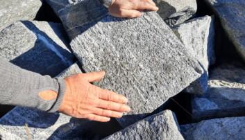 Steinblokkene ble bearbeidet med prikkhammer til de fikk en jevn ytterflate.