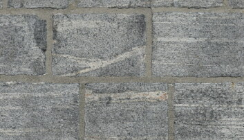 I dag kan vi la oss imponere over det flott steinarbeidet i tårnet – og vi ser tydelig båndingen i gneis-bergarten.