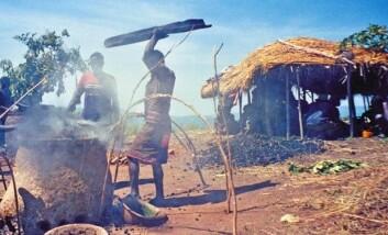 """""""Tilgang på rent vann og toaletter er en nøkkel til fattigdomsbekjempelse. Her et bilde av afrikanske kvinner som driver med jernsmelting."""""""