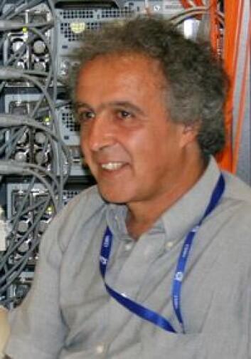 Professor Farid Ould-Saada leder den norske deltakelsen i testingen av nettverket.  Foto Ingvil Bjørnæs