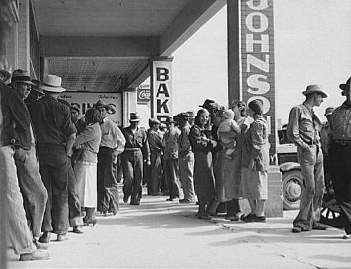 Mennesker i kø for nødhjelp i 1930-tallets USA. Ett av dokumentarfotografen Dorothea Langes bilder fra USA under den store depresjonen. Calipatria, California 1937. (Foto: Wikimedia Commons)