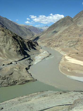 Induselven regnes for å være Pakistans livsnerve fordi den strømmer fra fjellene gjennom hele landet med rent smeltevann. Problemet er at elven har det med å flyte over sine bredder på grunn av monsunregn. (Foto: Wikimedia Commons)