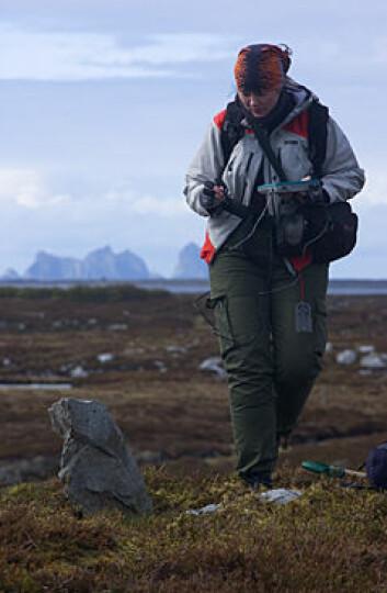 Alma Thuestad fra NIKU registrerer førkristen grav på Svenningen. (Foto: Reidar Bertelsen)