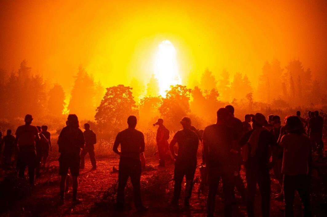 Vi må kutte antall flyreiser og bilreiser og vi må slutte å varme opp eller kjøle ned hjemmene våre mer enn nødvendig, ifølge en ny, lekket delrapport. Bildet er fra en av skogbrannene på øya Evvia i Hellas den 9. august.