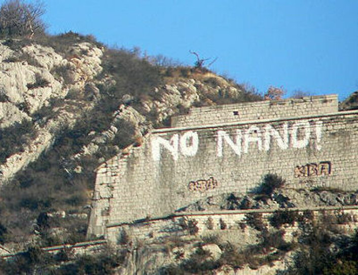 Grafitti på en fjellvegg i Grenoble i Frankrike som protest mot planene om et laboratorium for nanovitenskap i 2006. (Foto: David Monniaux, Wikimedia Commons, se lisens)