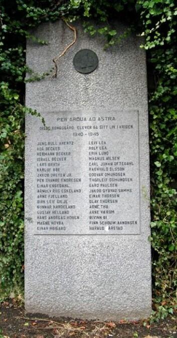 Minnesteinen står i skolegården på Stavanger Katedralskole (Foto: Per Byhring)