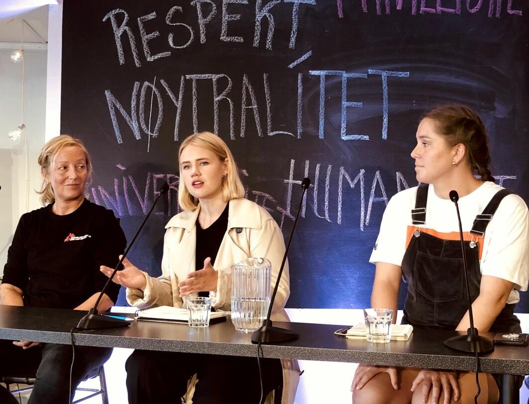 Lea Mariero (midten) og Naja Amanda Lynge Møretrø (høyre) advarer om at ungdom slutter å følge med på vanlige medier, om mediene ikke er i stand til å gi unge et mer positivt syn på verden. Lindis Hurum i Leger Uten Grenser til venstre.