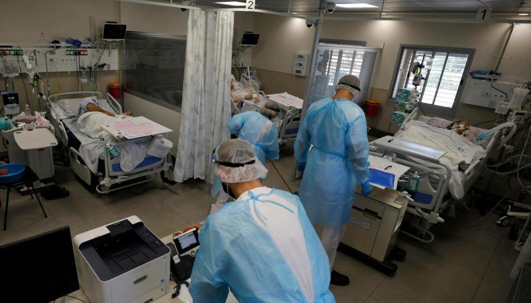 Smitten stiger raskt i Israel. Gjennomsnittet er nå på over 6000 daglig den siste uka. Her behandler leger pasienter på Covid-19 avdelingen av Ziv Medical Centre i byen Safed i Israel den 12. august.