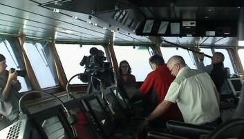Filmteamet i aksjon. Fra høyre: Kameramann Colin Hall (med fotoapparat), kameramann Richard Fox (med filmkamera), forsker fra USA, Marvin Lilley (iført rød genser), toktleder Rolf Birger Pedersen (sammen med Marvin Lilley), producer Sarah Goodman, styrmann Gunnleiv Midtveit (nærmest), og lydtekniker Ao Loo. (Foto: Preben Vindenes)
