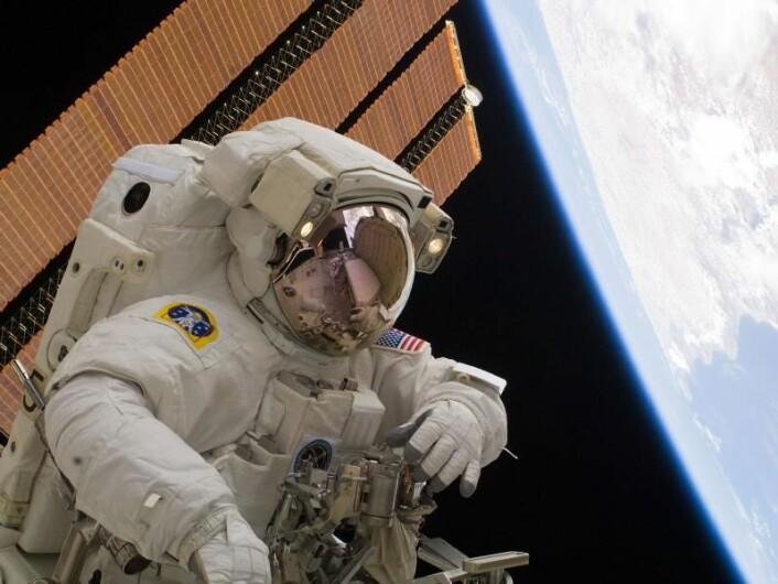 Astronaut Rick Mastracchio på sin tredje arbeidsøkt utenfor Den internasjonale romstasjonen 13. april 2010. Romvandringer er en astronauts største utfordring. Astronauten skal både løse en teknisk oppgave, manøvrere med robotarmer, unngå å miste utstyr eller ramle inn i romstasjonen, og sørge for å komme levende hjem igjen. (Foto: NASA)