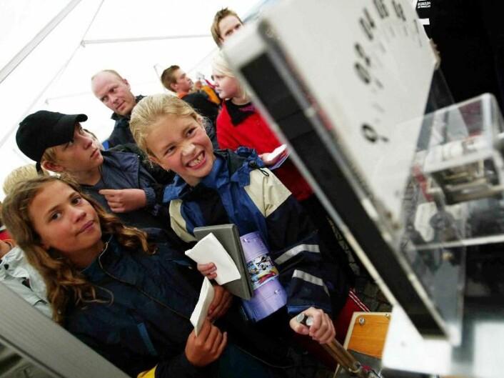 """""""Minne fra tidligere forskningsdager. Her er barn i aksjon på forskningstorget i Trondheim. (Foto:Rune Petter Ness/ NTNU)"""""""