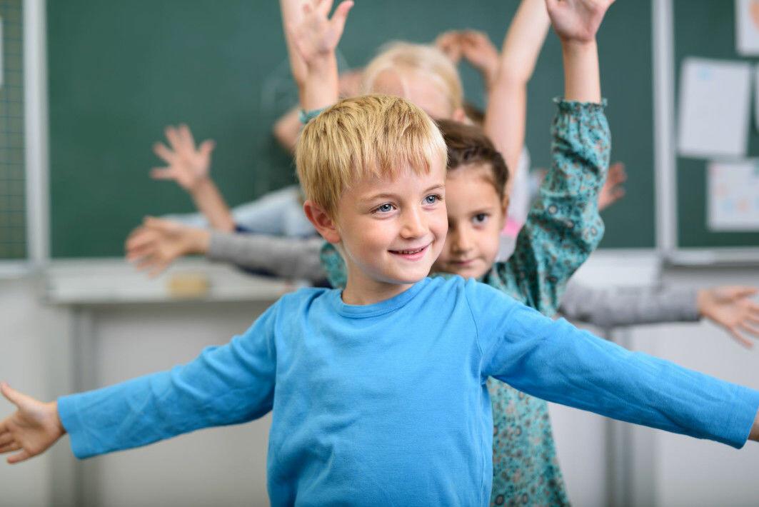 Mer fysisk aktivitet i undervisningen kan bidra til at barna får ut energi, som ellers kan skape uro i klasserommet.