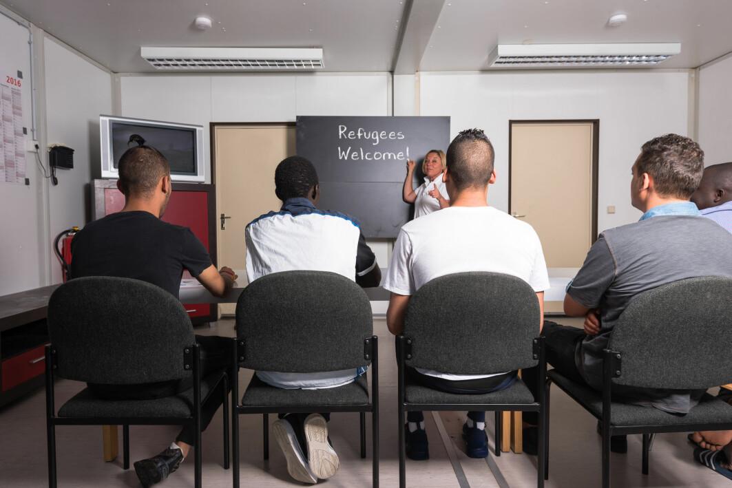 Flyktninger forskeren var i kontakt med, brukte all sin energi i klasserommet og på å lære norsk i introduksjonsprogrammet. De var derfor lite i kontakt med lokalsamfunnene de var tenkt å bli en del av.