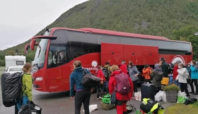 Forskerne har hatt 10 dager i isolasjon i Tromsø før toktet. Her er de ferdig og klar for å komme seg på bussen som går til FF Kronprins Haakon.