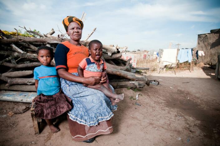 Disse sør-afrikanske barna er sammen med bestemoren sin. Men for mange av barna i den nye studien er det de selv som må være omsorgspersoner. (Illustrasjonsfoto: Istockphoto)