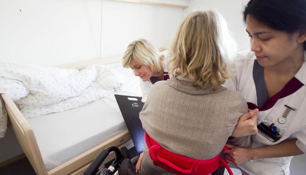 Helsefagarbeidere føler seg høyt verdsatte av sine kolleger og av de som de gir omsorg. Det er det som gjør at mange trives i jobben. – Det er et paradoks at dette oppleves som et svært meningsfylt arbeid, samtidig som det ikke blir verdsatt av samfunnet der ute, sier forsker Mia Vabø.