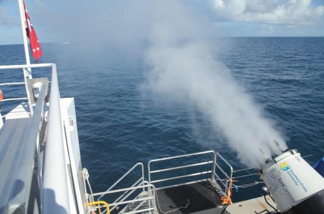 Bakerst på forskningsskipet står en stor vifte som sprøyter ut små dråper av havvann. Dråpene legger seg først som en tåke over vannet. Så fordamper de og stiger opp mot de naturlige skyene over Great barrier reef.