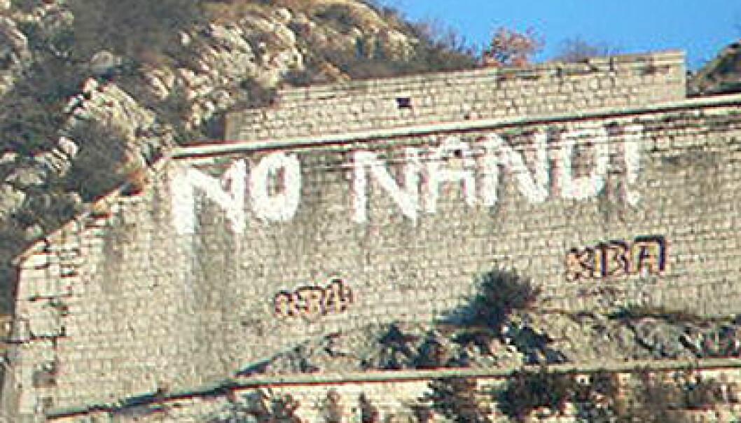 Grafitti på en fjellvegg i Grenoble i Frankrike etter planer om å etablere et laboratorium for nanoteknologi i 2006. (Foto: David Monniaux, Wikimedia Commons, se lisens)