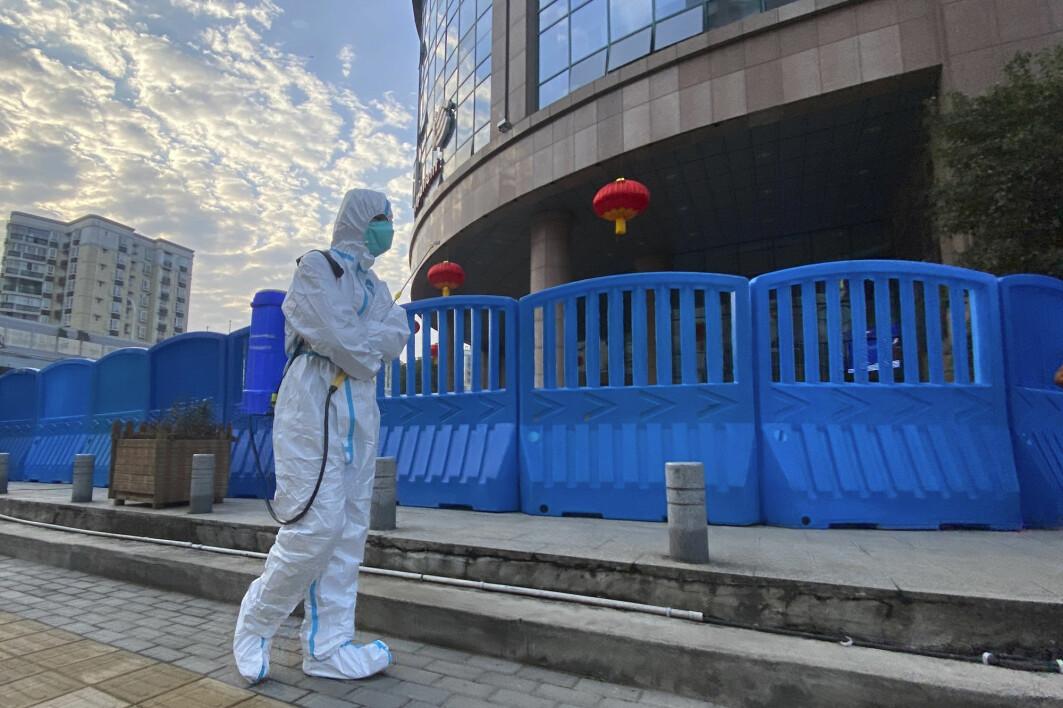 Desinfiseringen av området rundt et sykehus i Wuhan. En rapport viser at amerikansk etterretning ikke mener at viruset ble skapt i et laboratorium i Wuhan.