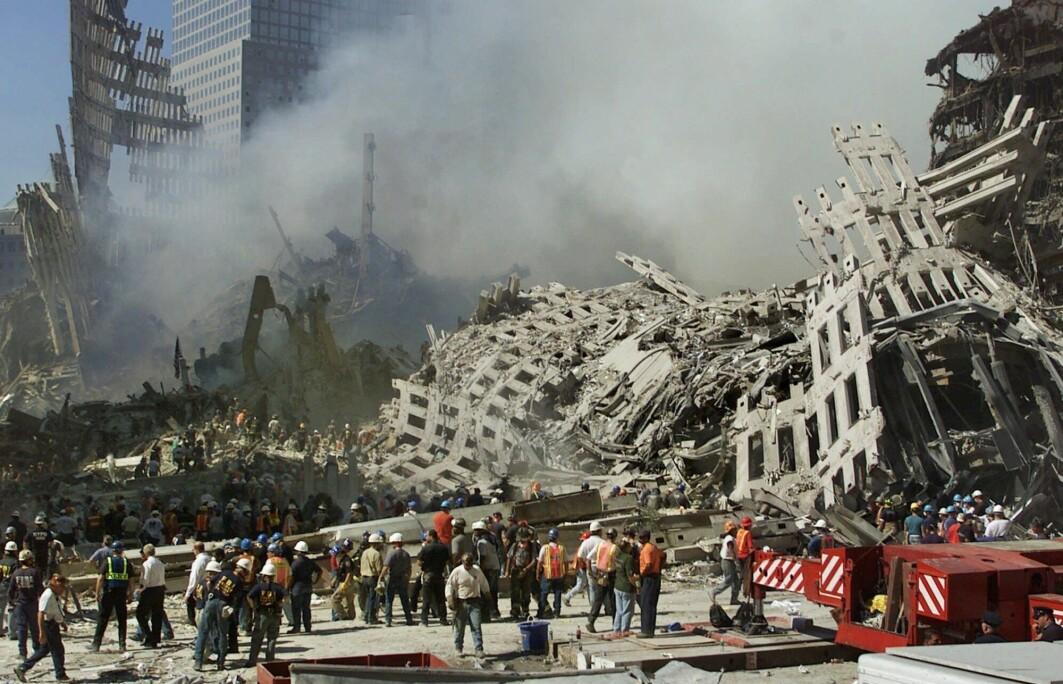 Redningsarbeidere leter etter overlevende etter terrorangrepet i New York 11. september 2001.