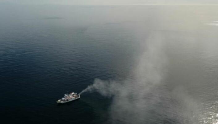 Tåken fra forskningsskipet stiger oppover mot skyene over verdens største korallrev.