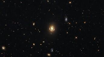 Romteleskopet Hubble har fanget et praktfullt bilde av en Einstein-ring