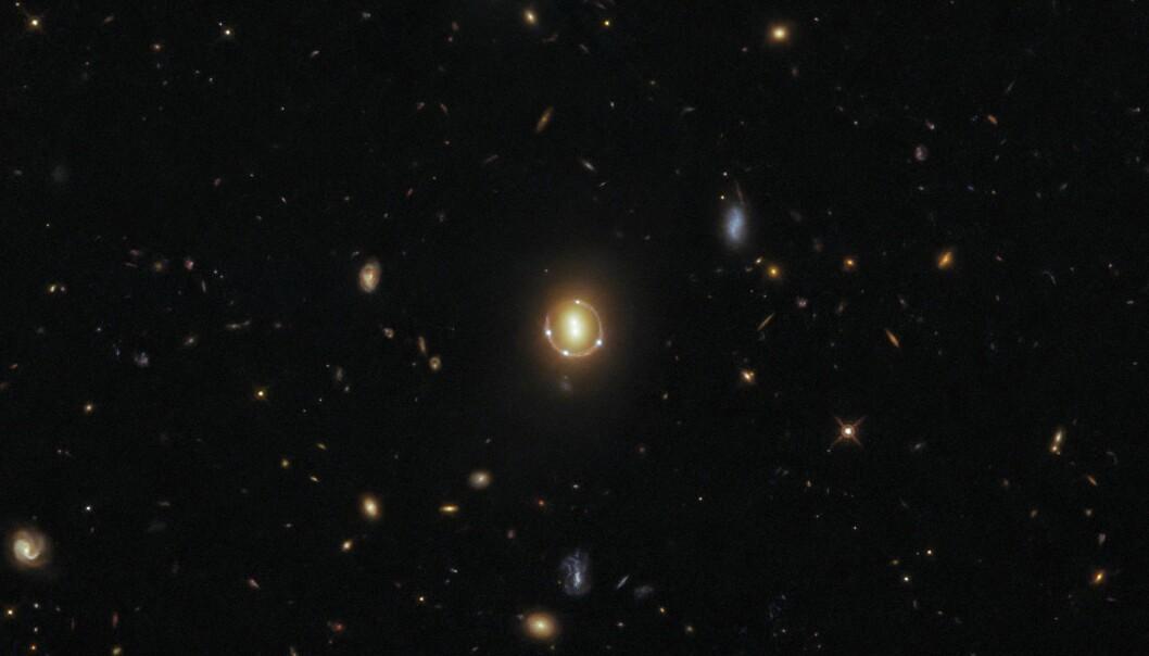 To galakser i midten har fordreid lyset fra en bakenforliggende kvasar.