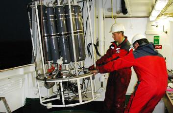 """Prøvetaking av sjøvann på forskningsfartøyet """"Johan Hjort"""". 10 liters vannhentere er på vei ut for å ta prøve av sjøvann i ulike nivåer nedover i vannsøylen. (Foto: Hilde Elise Heldal)"""