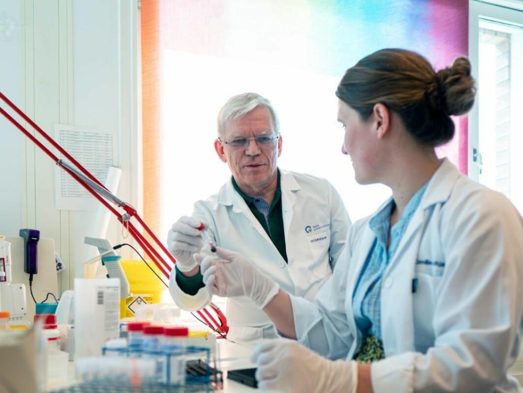 I over 20 år har forskergruppen arbeidet med å utvikle modellen. Bildet viser professor Mollnes og senioringeniør Camilla Schjalm.