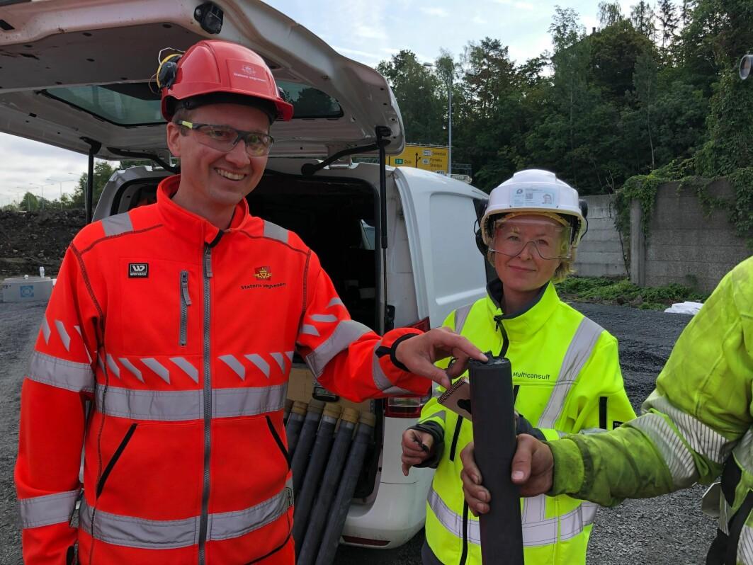 Eivind S. Juvik fra Statens vegvesen og Tonje Eide Helle fra Multiconsult viser en feltprøve fra kalksementpeler. De tester ny teknologi som skal sikre klimavennlig grunnstabilisering av kvikkleire og annen byggegrunn.