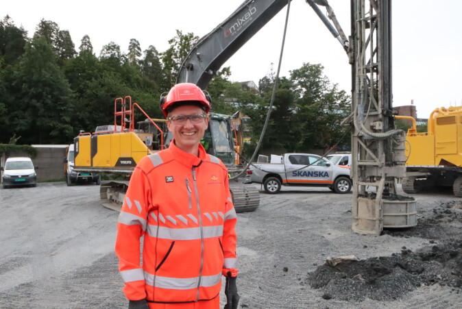 – Vi er spente på resultatene fra forsøkene, sier prosjektleder Juvik. Her foran en kalksementrigg på anleggsområdet til E18 Vestkorridoren.