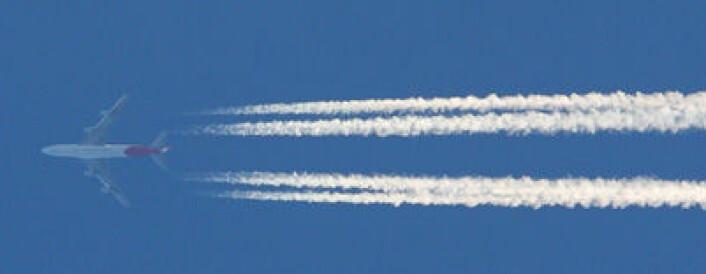 Kondensstriper etter fly kan henge på himmelen i alt fra få sekunder til flere timer, avhengig av de atmosfæriske forholdene. Stripene blir på engelsk kalt «contrails», en forkortelse av «condensation trails». (Foto: Fir0002/Flagstaffotos)