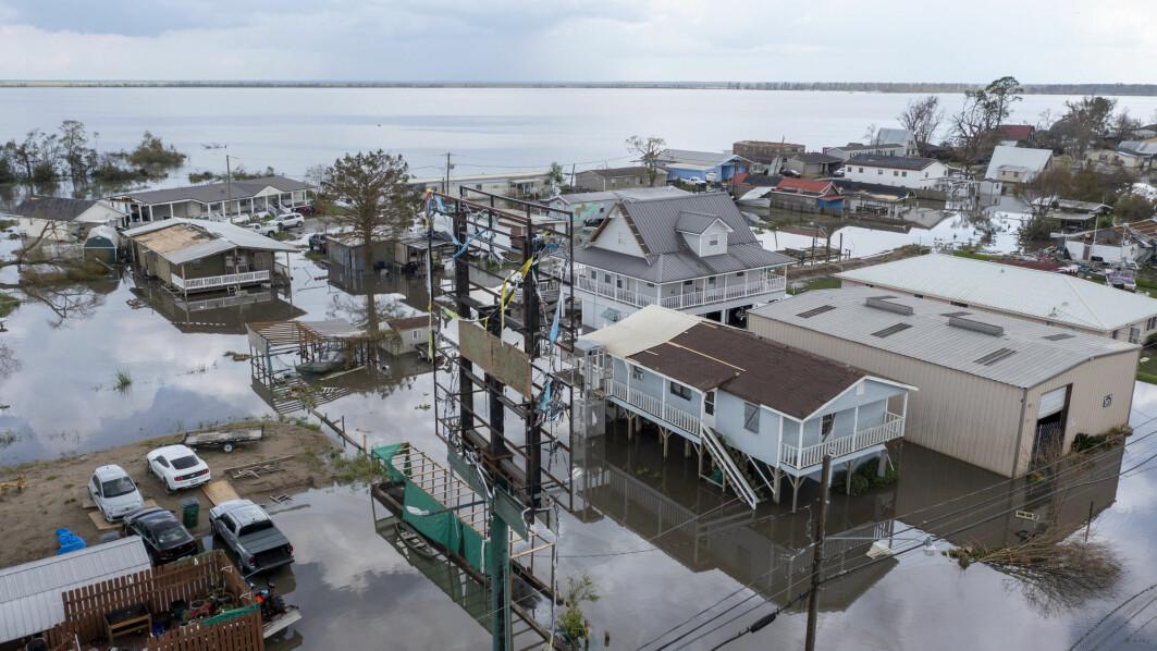 Dronebilde viser flomvann som omringer ødelagte boliger etter orkanen Ida i Lafourche Parish i den amerikanske delstaten Louisiana tirsdag.