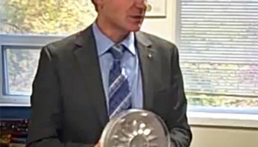 Norbert Müller med Wave Disc Engine (Foto: fra video av Michigan State University)