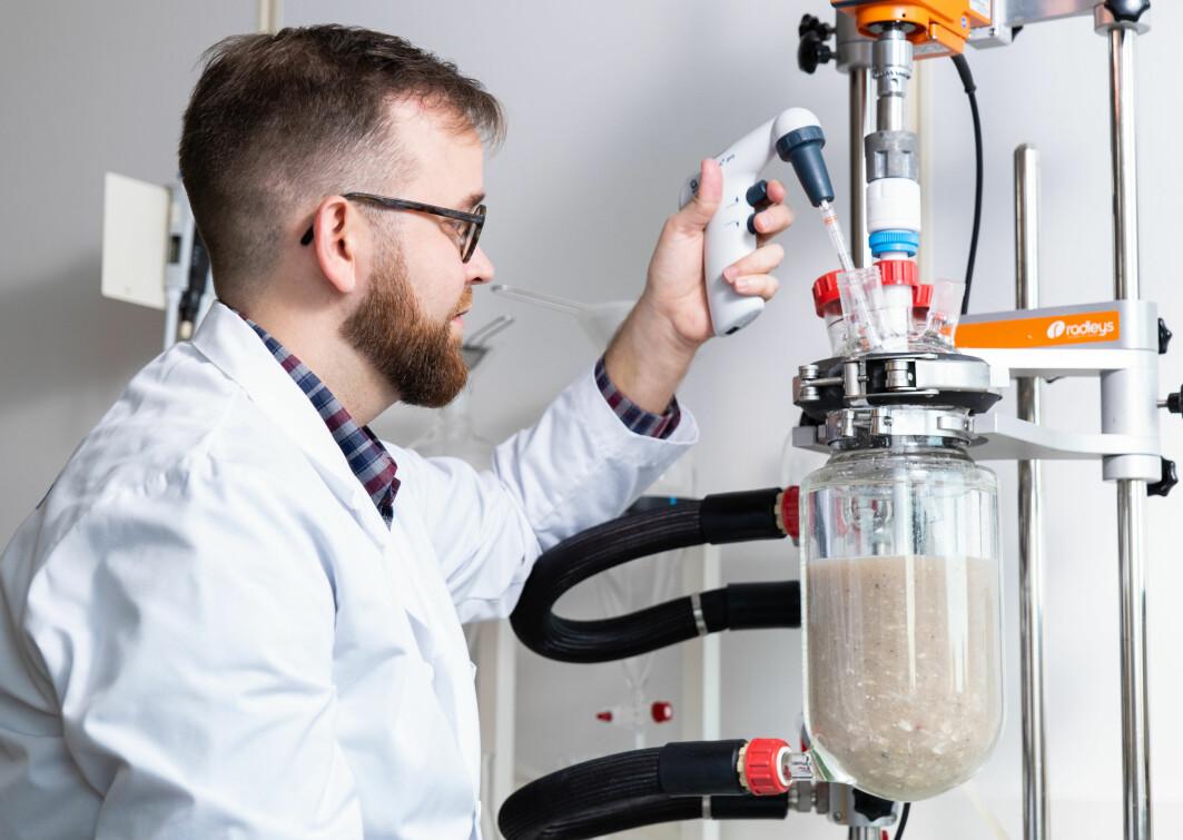 Forsker Kenneth Aase Kristoffersen utvikler metoder for å utvinne både fett, proteinpulver og kollagen fra det samme proteinet.