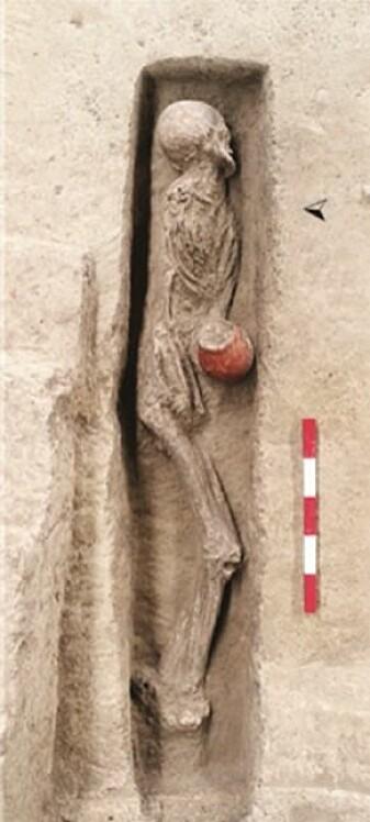Det er funnet to personer som var gravlagt i jordplattformen.