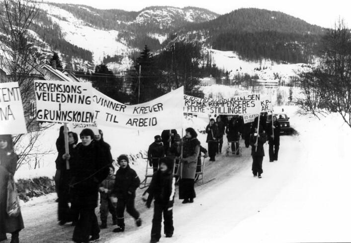 8. mars på ikke navngitt sted i Sør-Trøndelag i 1977. På det meste gikk 20.000 mennesker i kvinnedagstog over hele landet. (Foto: Klassekampen)