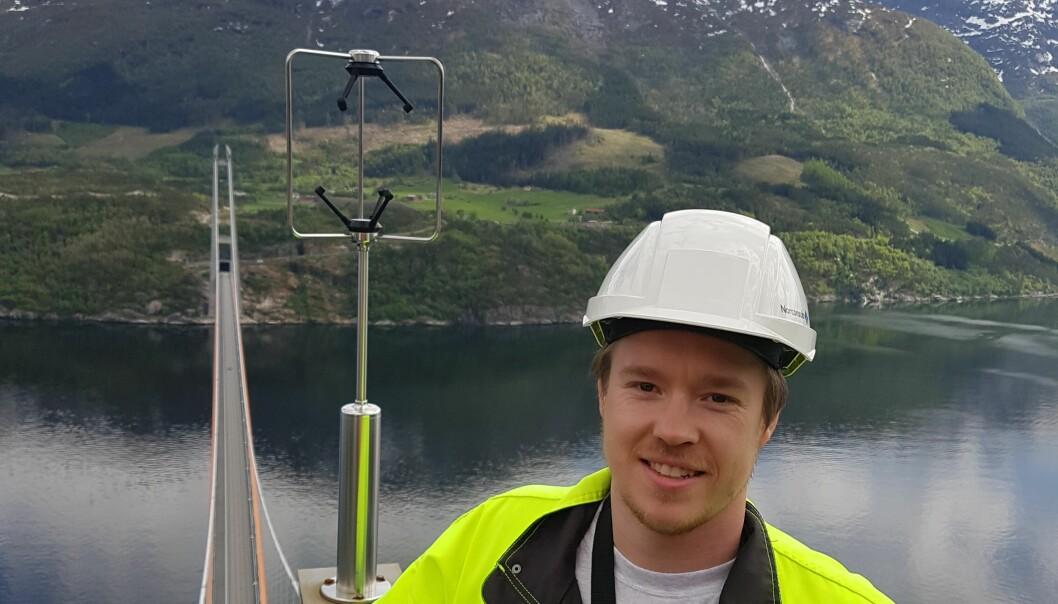 Tor Martin Lystad er en vindforsker uten høydeskrekk. Her er han øverst i det ene brutårnet på Hardangbrua.