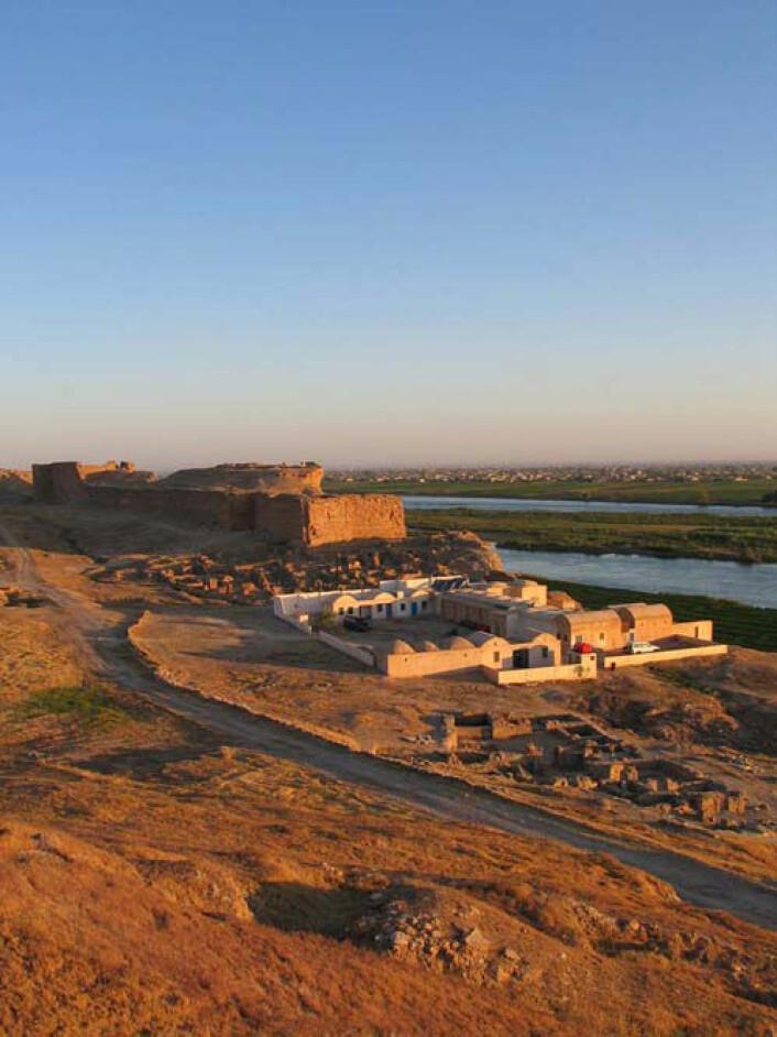 Ruiner av citadellet i Dura-Europos med Eufrat i bakgrunnen. (Foto: Simon James)